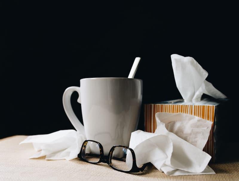 krankentagegeld-versicherung: tee und taschentücher symbolisieren krankheit